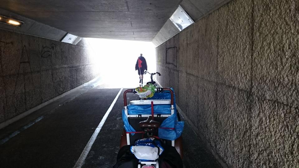 De soci.bike onder een brug